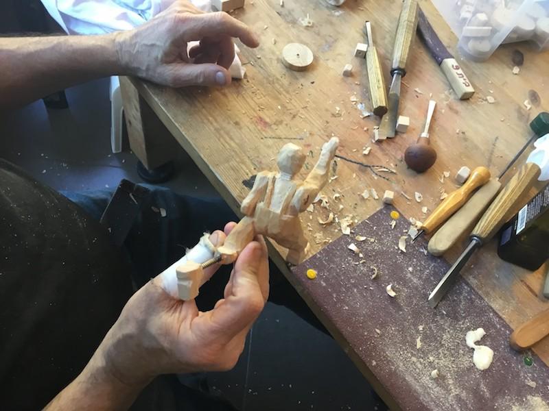 גילוף צעצועים מעץ